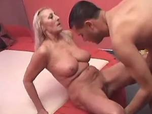 Hot granny licked and fucked by amateur guy in bed